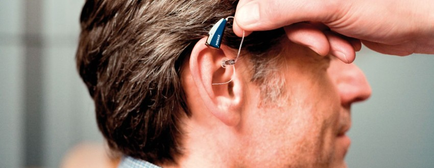 человек со слуховым аппаратом