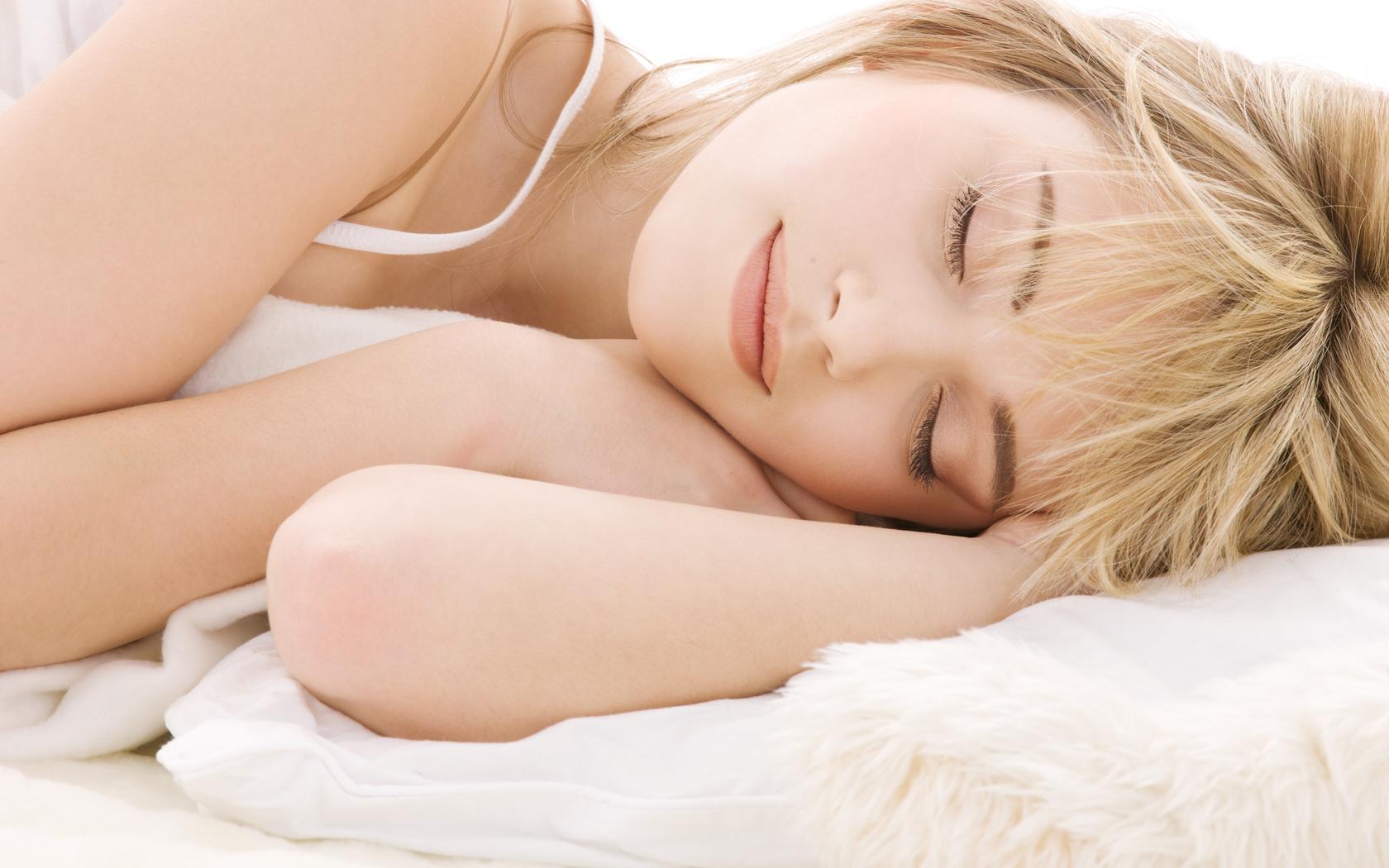 Спящая девушка дома 21 фотография