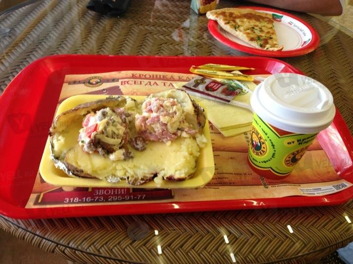 Главное блюдо сети — фаршированный картофель, рецепт которого был заимствован из Турции