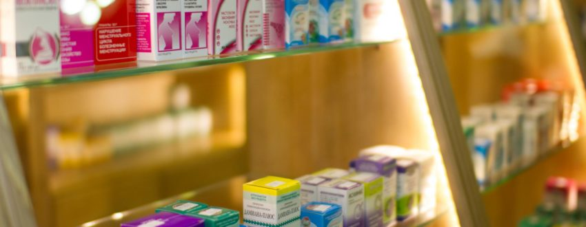 Лекарства на полке в аптеке