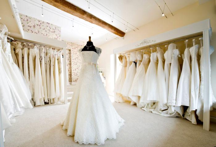 Платья в свадебном салоне