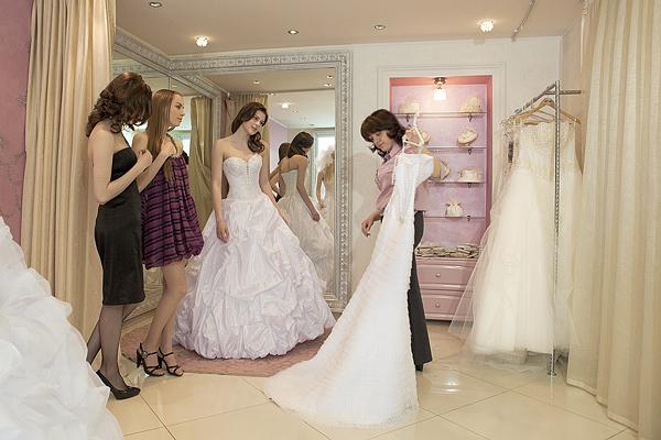 Демонстрация свадебного платья клиентам