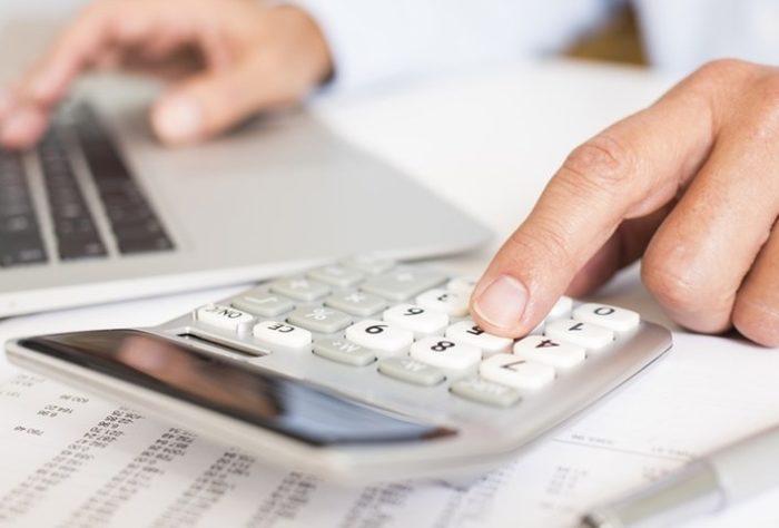 Планирование доходов и расходов с помощью калькулятора и ноутбука