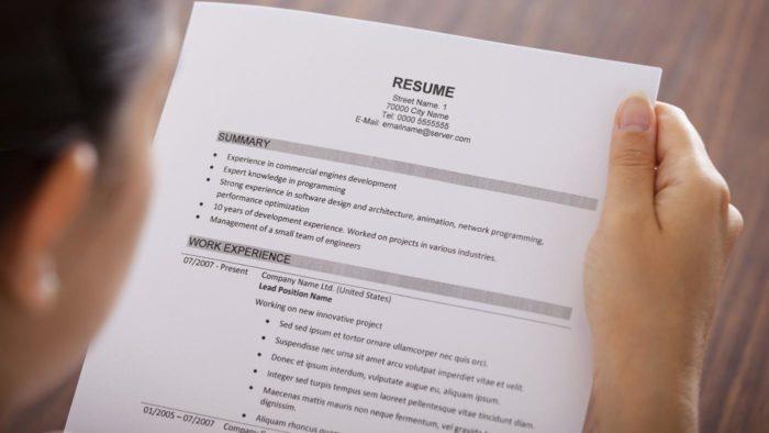 Работодатель читает резюме