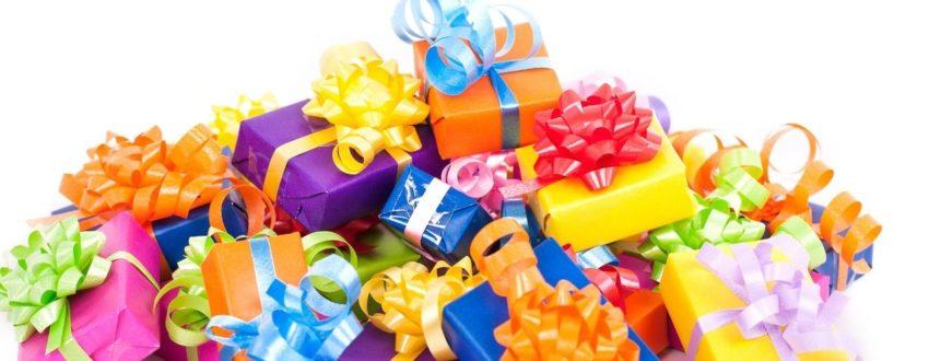Дарит подарок