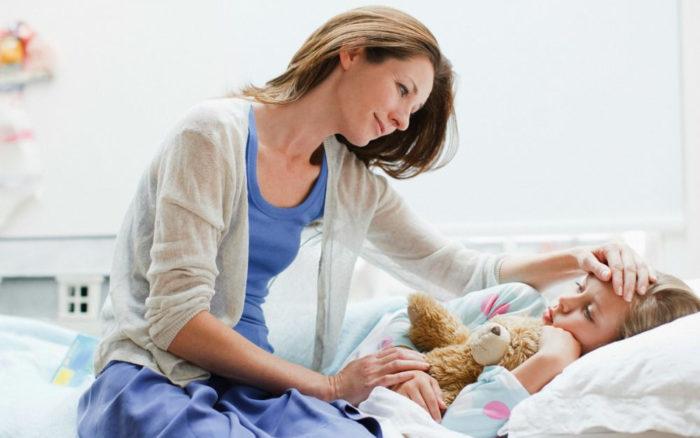 Мама ухаживает за больным ребёнком
